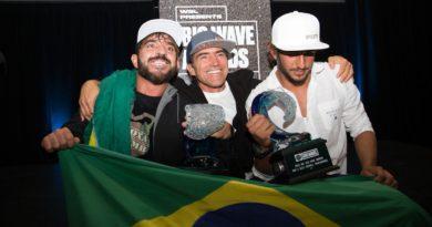 Rodrigo Koxa e Lucas Chumbo vencem Oscar de Ondas Gigantes
