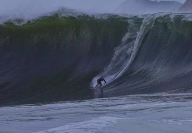 """Surfistas encaram ondas de 5m na laje da """"Besta"""""""